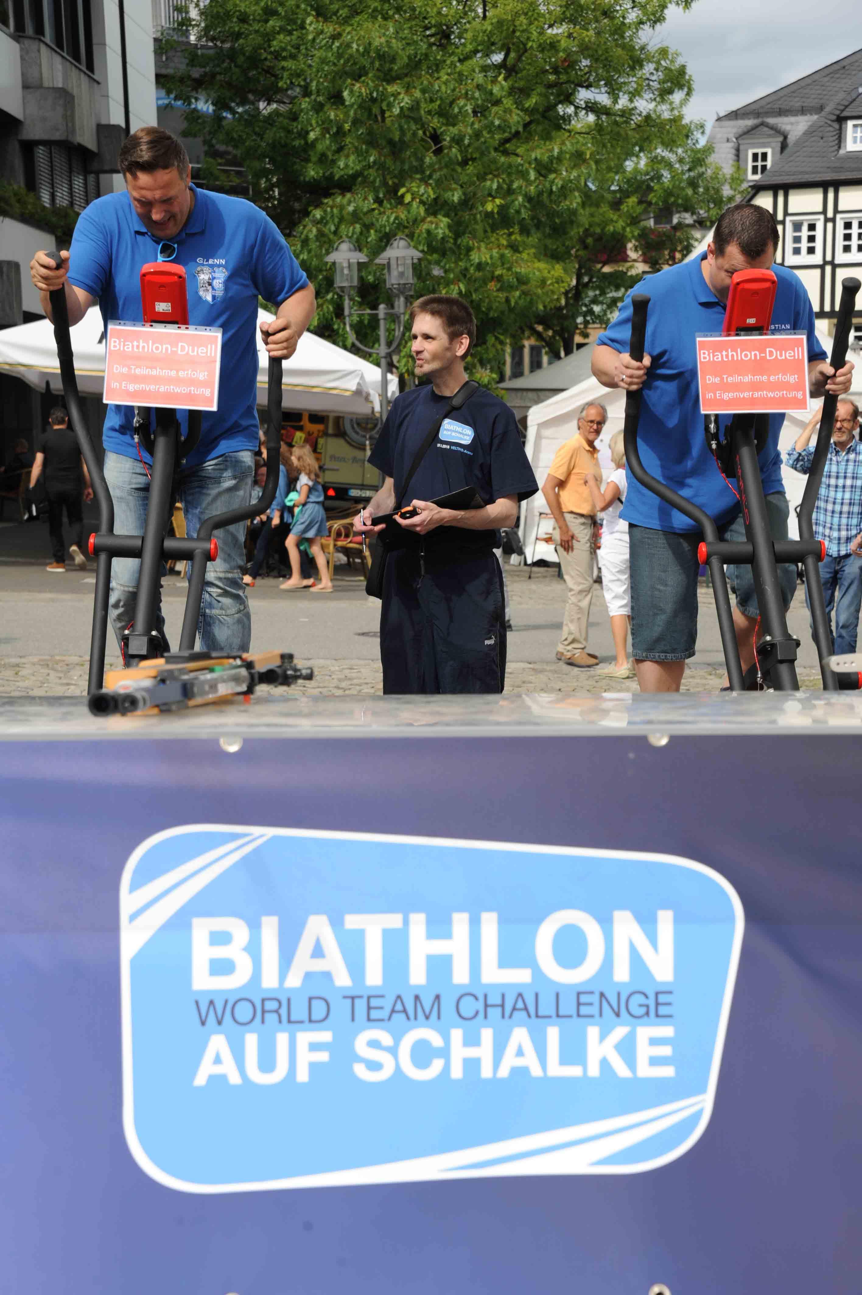 Zwei Knappen kämpfen: Christian Müller (re.) hier noch verdeckt vom Crosstrainer, auf dem Weg zum Etappensieg