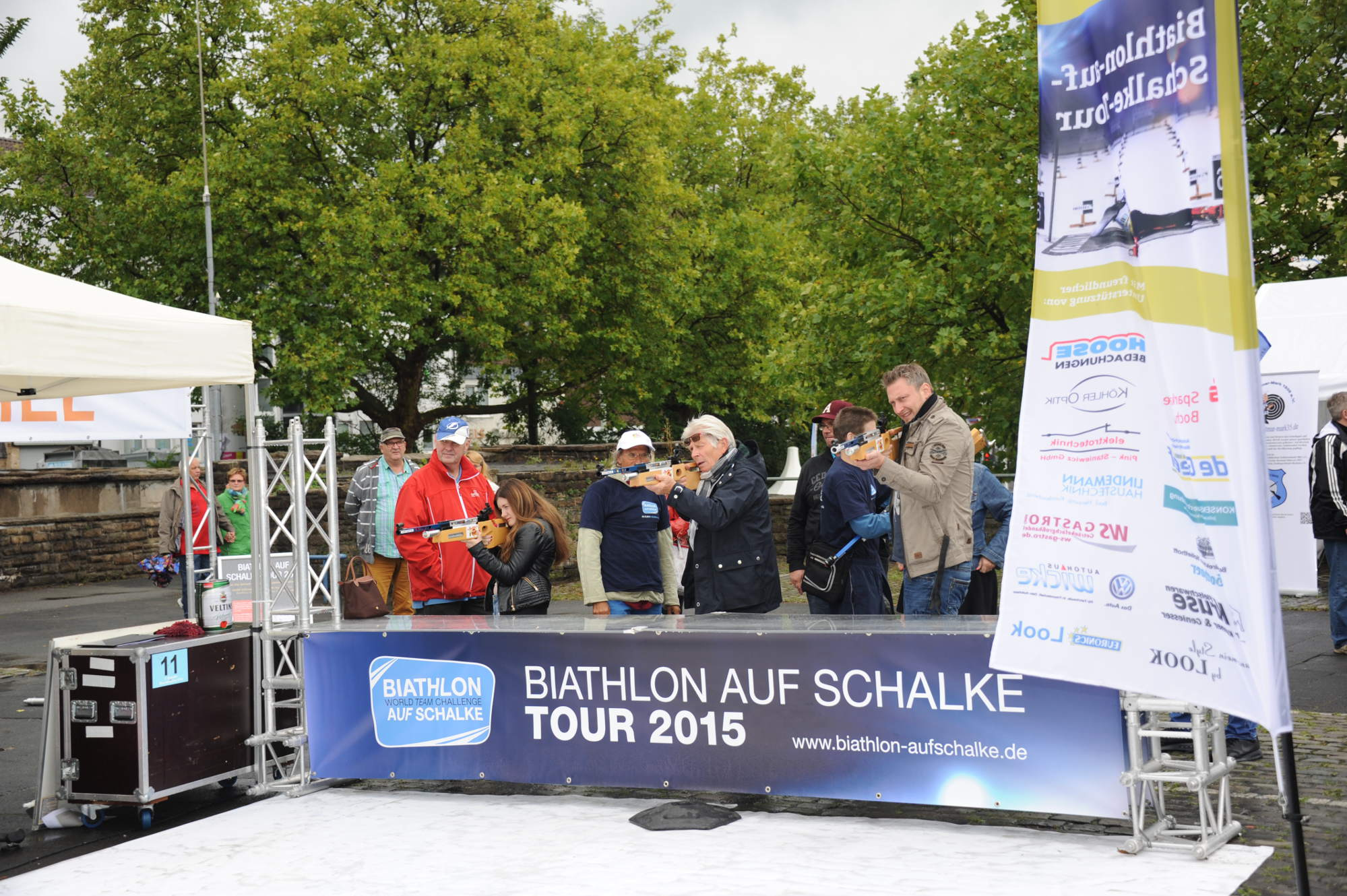 Einige Sponsoren fand die Werbegemeinschaft Bochum-Linden, um zu ihrem Stadtfest, Lindener Meile, die Biathlon auf Schalke-Tour als Mitmachevent für Alle in den sympathischen Stadtteil zu holen. Vom 7-jährigen F-Jugendfußballer bis zur 80-jährigen Biathlonexpertin, die seit rund 30 Jahren die Weltelite auf der Weltcuptour in Antholz, Ruhpolding, Oberhof und natürlich auf Schalke besucht, konnten wir  wieder ganz unterschiedliche Mitmacher begrüßen.