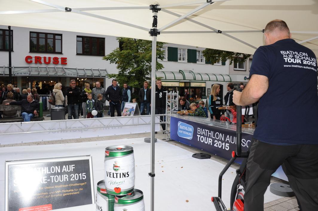 Zuschauen - ausprobieren - duellieren: Die Biathlon auf Schalke-Tour läd zwanglos zum Mitmachen ein und ist in Meschede 6 Stunden lang immer wieder ein Besuchermagnet.