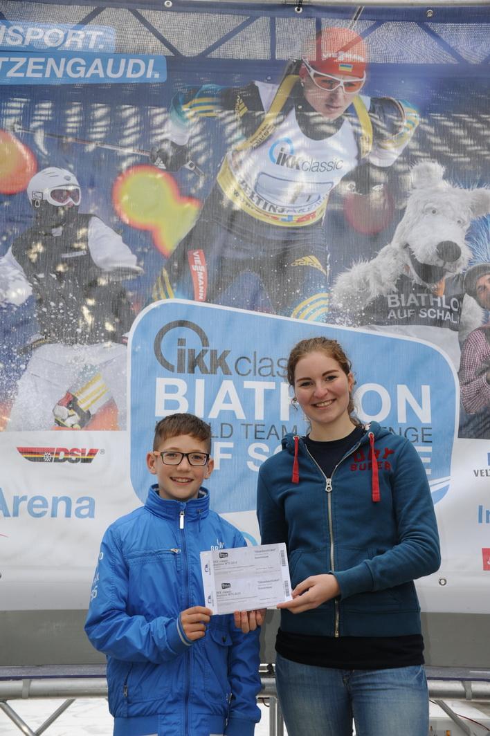 """Alexander Nölke gewinnt die Gänsehaut-Tickets für den Biathlon auf Schalke am 28.12. in der Veltinsarena. Lena Bremer gratuliert """"unserem"""" Finalisten im namen des Tourteams."""