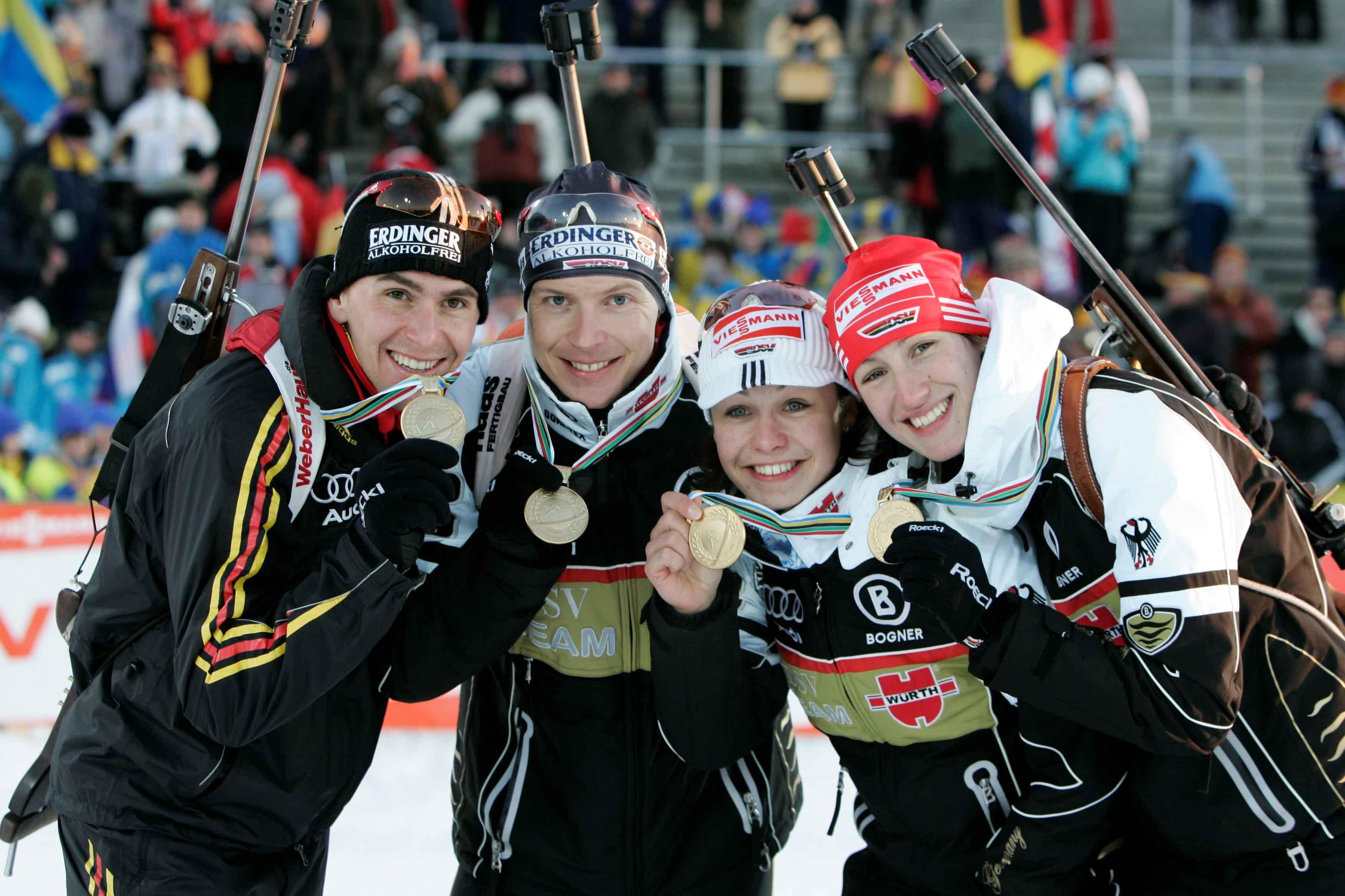 Sabrina Buchholz (rechts neben Magdalena Neuner, Andreas Birnbacher und Michael Greis) nach dem Gewinn des WM-Titels 2008 in der Mixedstaffel. Foto: Christian Manzoni
