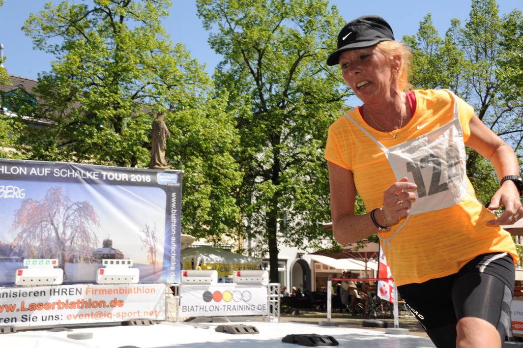 Was gibt es schöneres, als zum Muttertag mit den eigenen Töchtern in den Biathlon-Wettkampf zu gehen? Betina Brückmann engagiert sich im Rheinischen Schützenbund stark für den Sommerbiathlon. In Remagen belegt sie Platz 7.