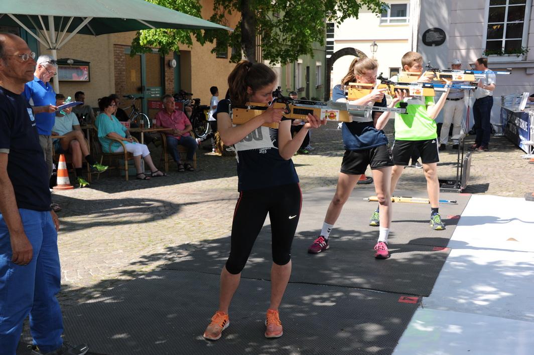 """Katrina Helf (im Bild in der Mitte) bringt das """"Kunststück"""" fertig, bei ihrer Biathlonpremiere sämtliche Vereinsbiathletinnen hinter sich zu lassen und Siegerin der Gesamtwertung zu werden. Auch Hannah Jülich landet als 5. noch vor den Sommerbiathletinnen Kim und Betina Brückmann."""