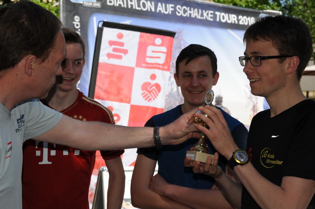 Stefan Puderbach, Ausbildungsleiter Nordisch des veranstaltenden Skiverbandes Rheinland ehrt den Sieger Robert Schütz.