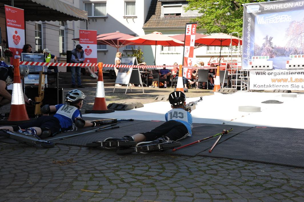 Der 10-jährige Michael Koch (links im Bild) läuft mit den Cross-Skates, als sei dies die natürliche Fortbewegung des Menschen. Im 3-Runden-Biathlon lässt er sogar den 12-jährigen Robin Henk (rechts im Bild) hinter sich und wird Rheinlandmeister der Schüler.