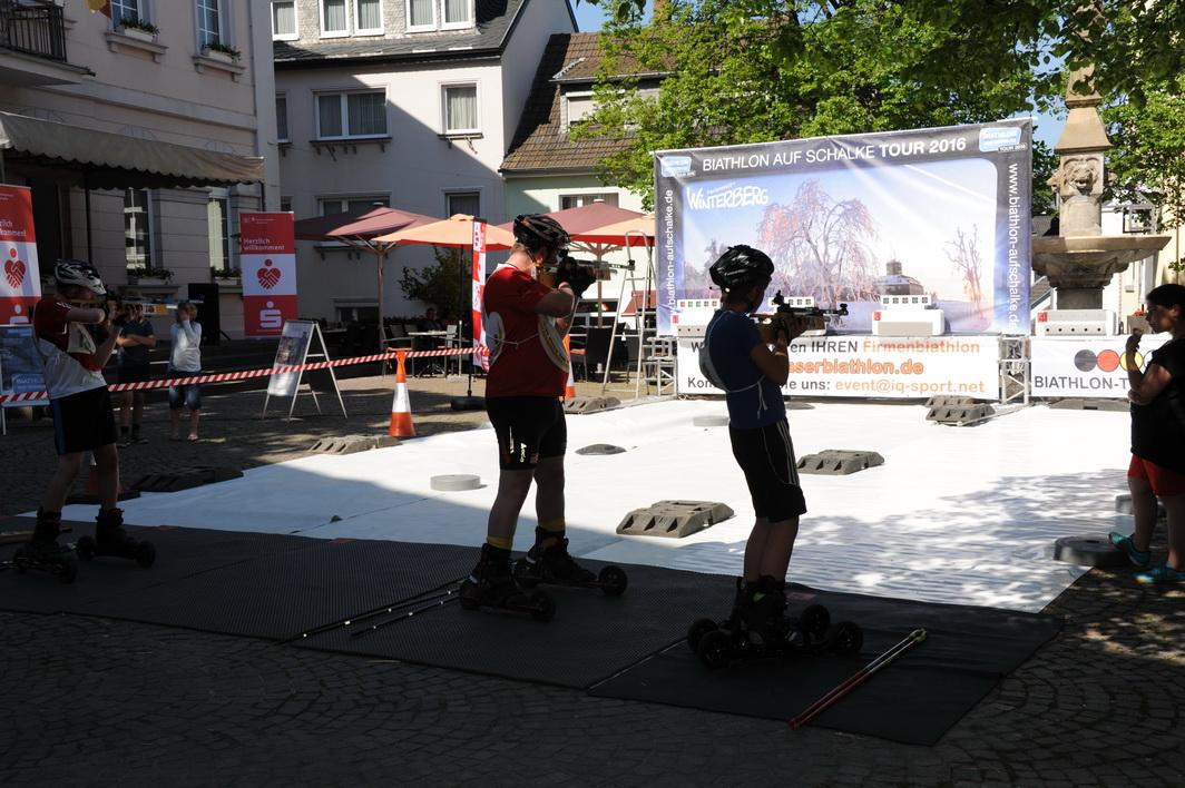 Thomas Weichhaus (Bildmitte) organisiert in Köln Cross-Skating Biathlons. In Remagen sucht er den Vergleich mit den rheinland-pfälzischen Cross Skatern und kommt dabei ganz schön ins Schwitzen. Am 21. Mai startet sein nächster Skating-Biathlon in den Kölner Rheinauen. Interessierte finden die Wettkampfausschreibung auf biathlon-training.de
