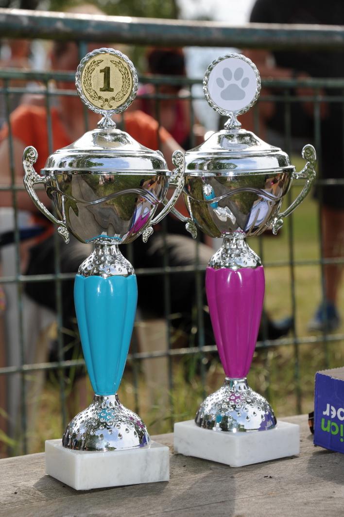 Wanderpokale für zwei vorbildliche Sieger: Jule Prins und Lorenz Frech